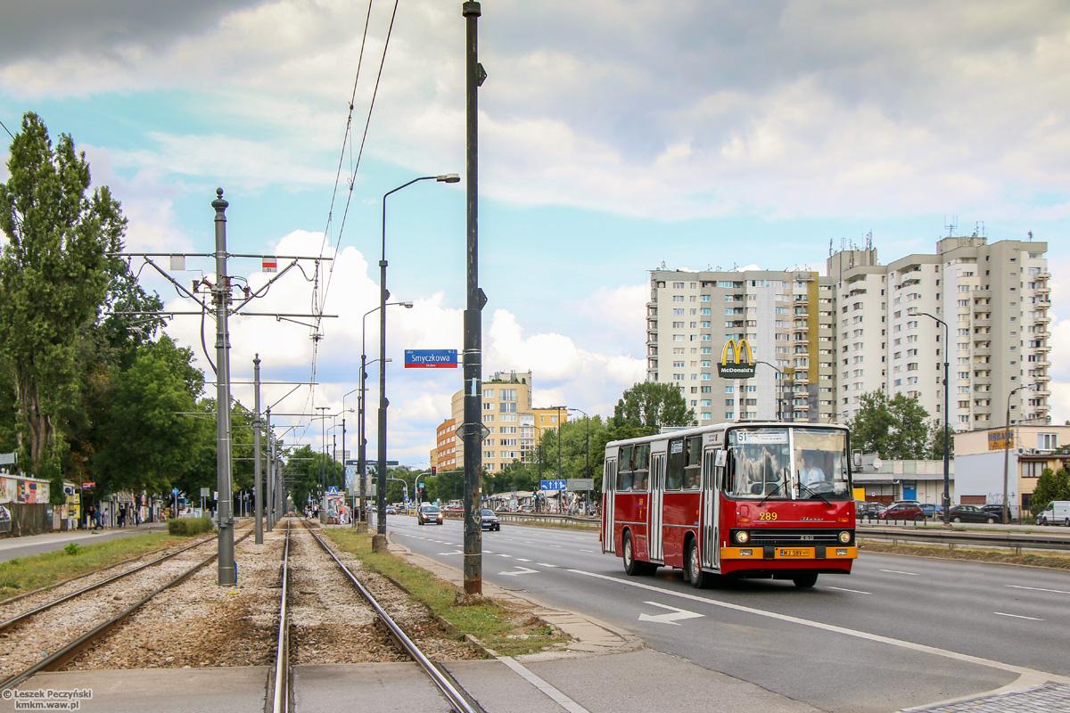 Pozbawione wysięgników słupy wzdłuż ul. Puławskiej, fot. Leszek Peczyński