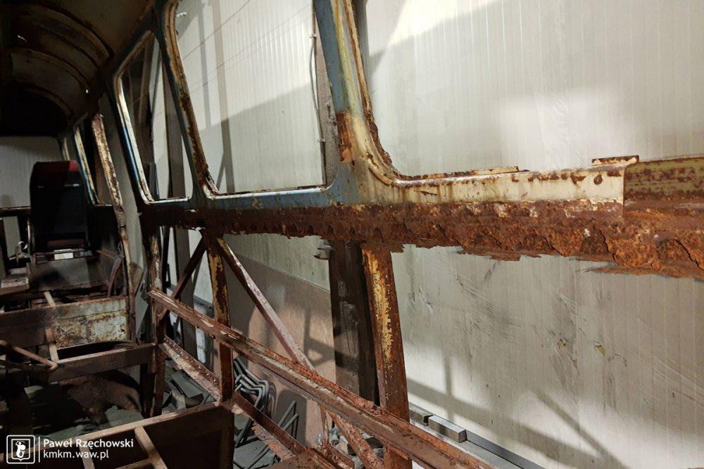 wrak autobusu przed odbudową