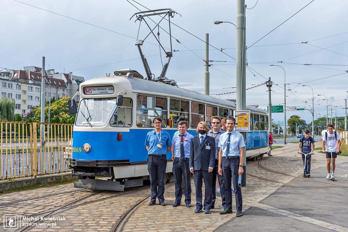 Nasi konduktorzy przy jednym z najbardziej charakterystycznych wrocławskich tramwajów - 102Na nr 2069 należącym do Klubu Sympatyków Transportu Miejskiego