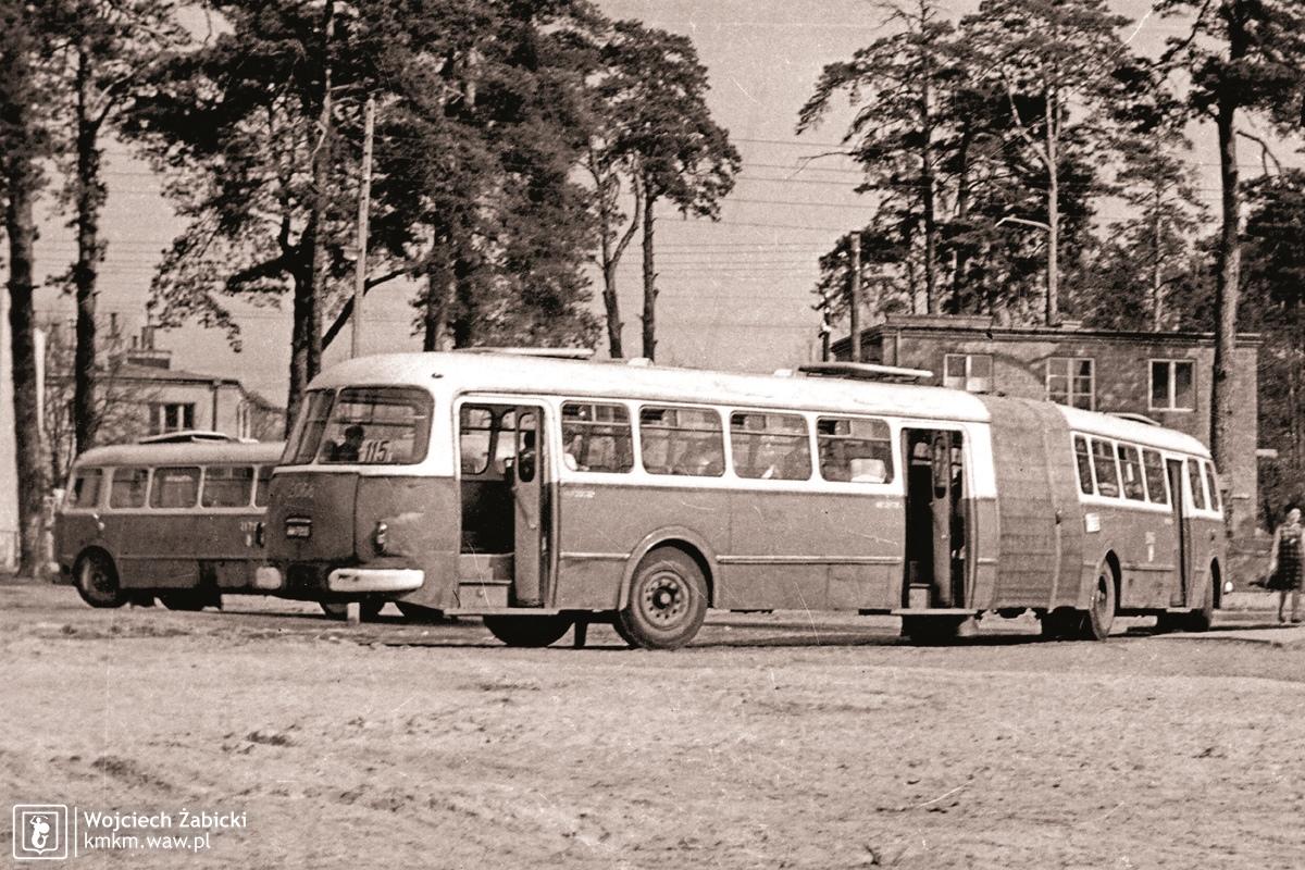 przegubowy autobus AP-02 na pętli w Aninie