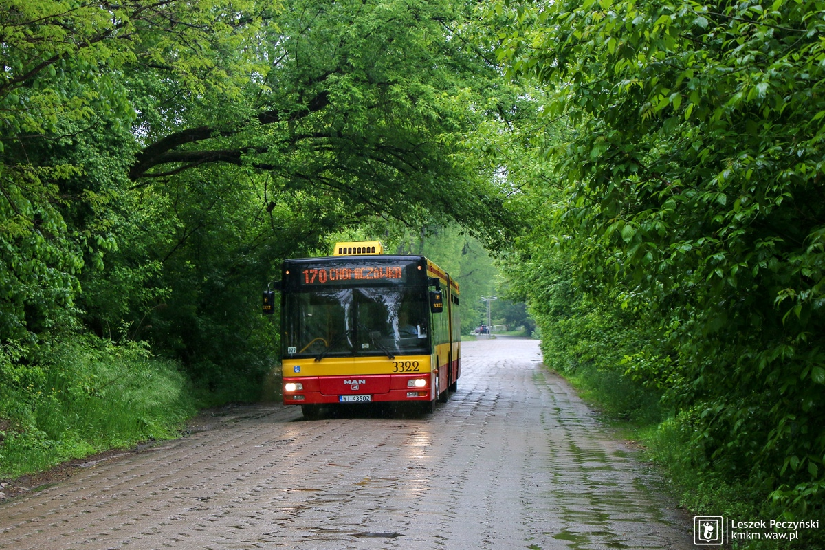 MAN NG313 nr 3322 na klimatycznej ulicy wyłożonej trylinką w rejonie pętli Elsnerów