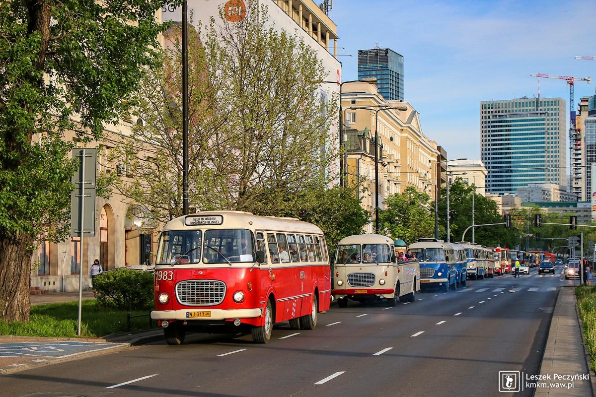 Jeden z najbardziej charakterystycznych polskich autobusów miejskich - czerwony jelcz ogórek