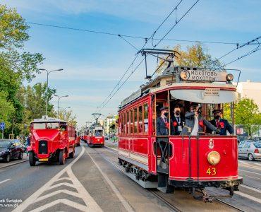 Najstarszy tramwaj i autobus mijają park Praski