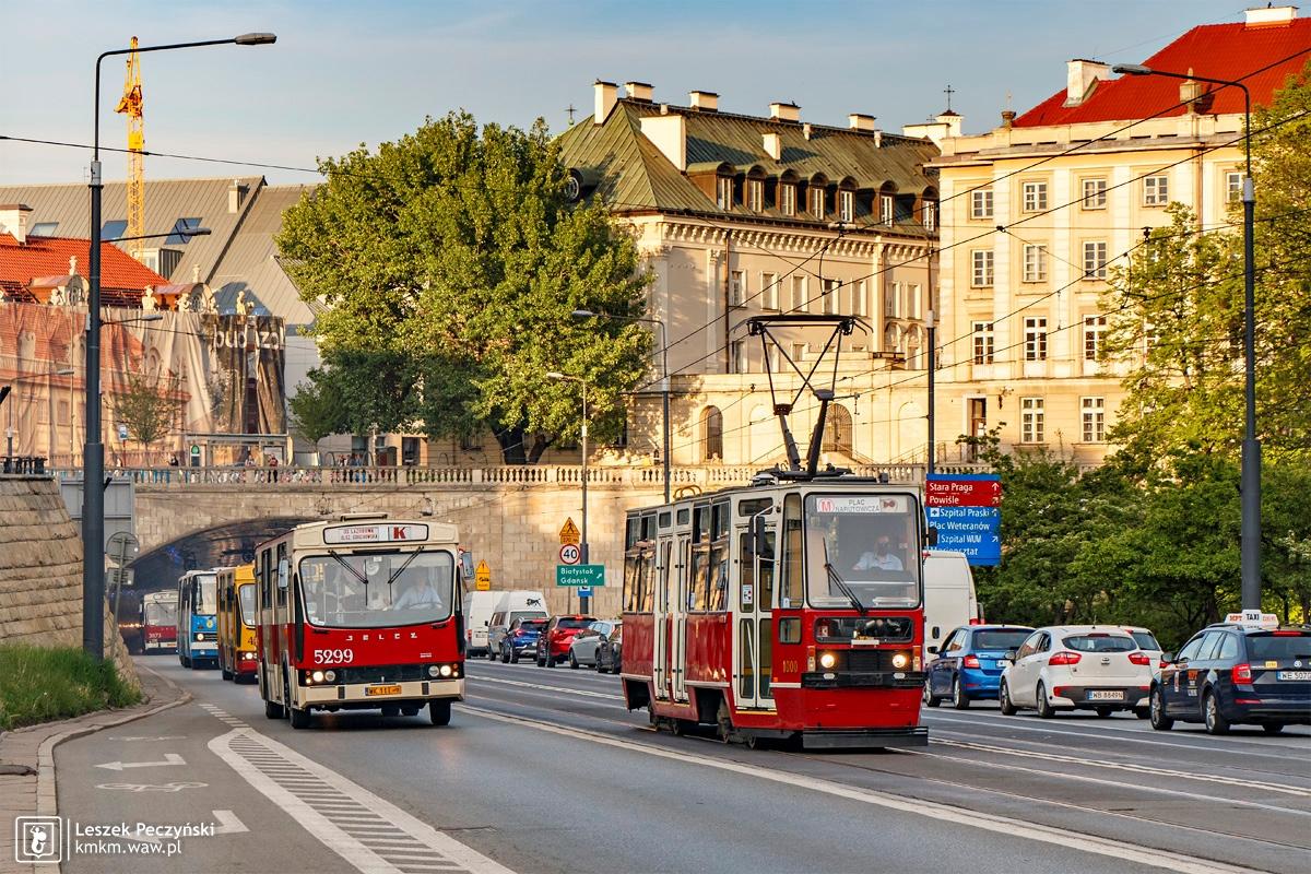 Szybkowiec i jelcz-berliet to typowy widok warszawskich ulic przełomu lat 70. i 80.