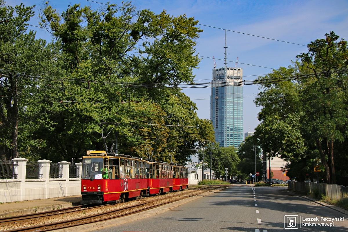 potrójny skład wagonów 105Na na ul. Krzywickiego
