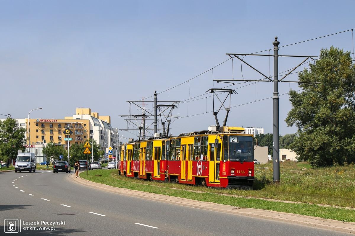 potrójny skład wagonów 105Na na ul. Światowida