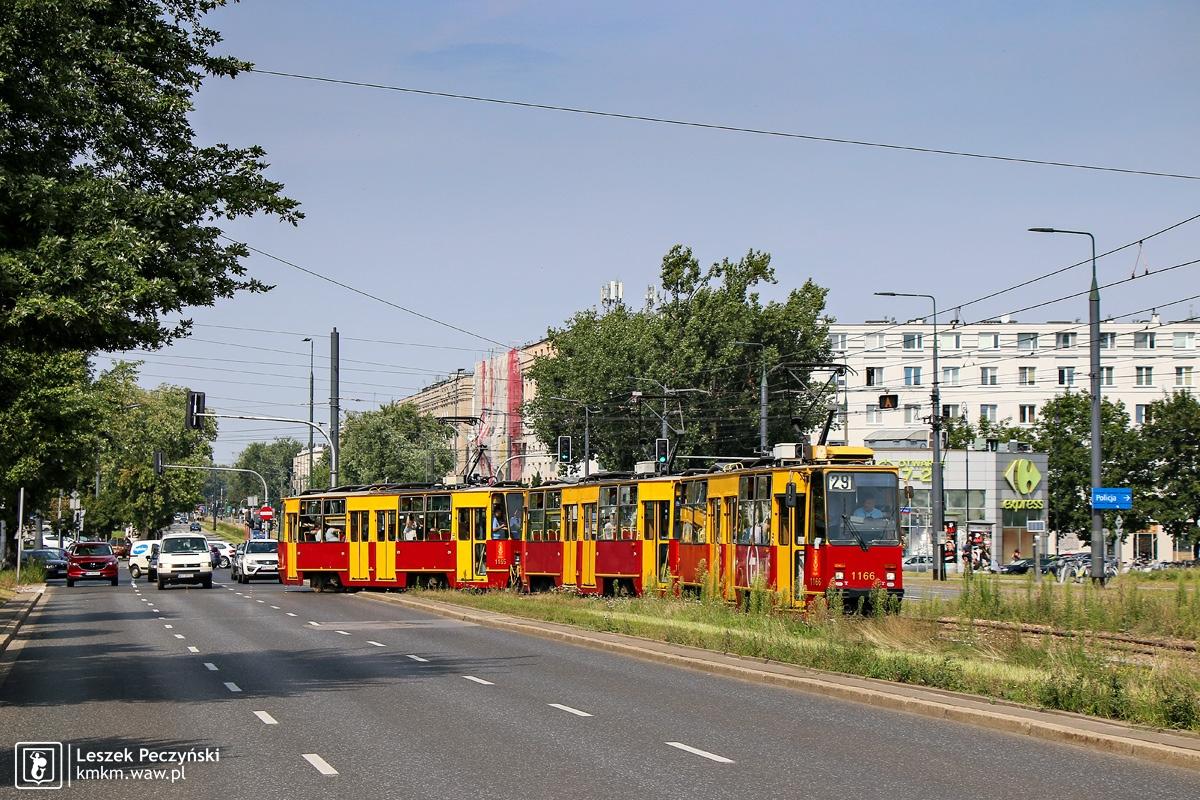 potrójny skład wagonów 105Na na al. Jana Pawła II