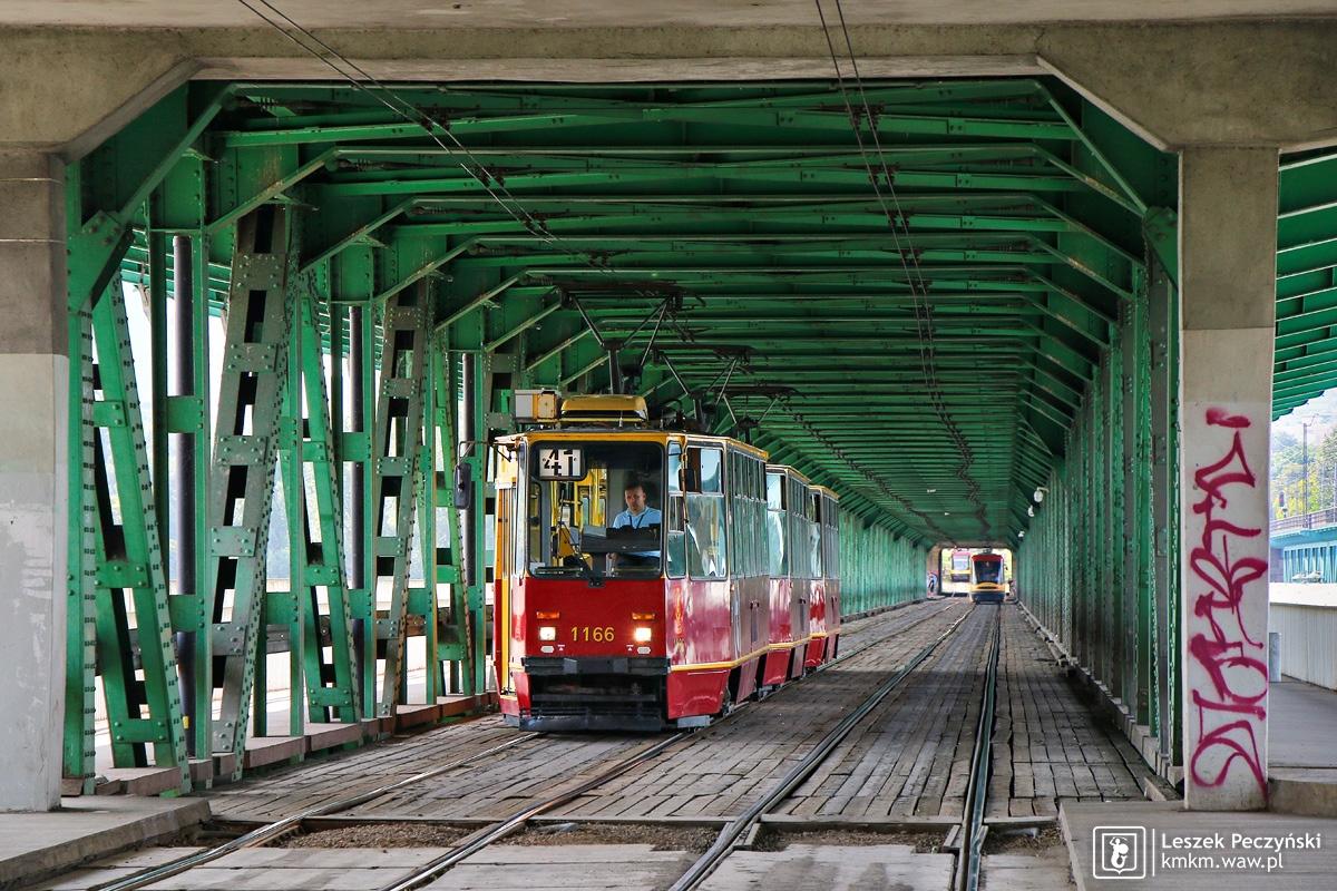 potrójny skład wagonów 105Na na moście Gdańskim