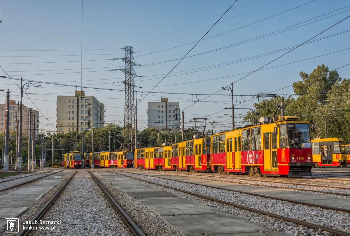"""potrójny skład wagonów 105Na na terenie zajezdni """"Mokotów"""""""