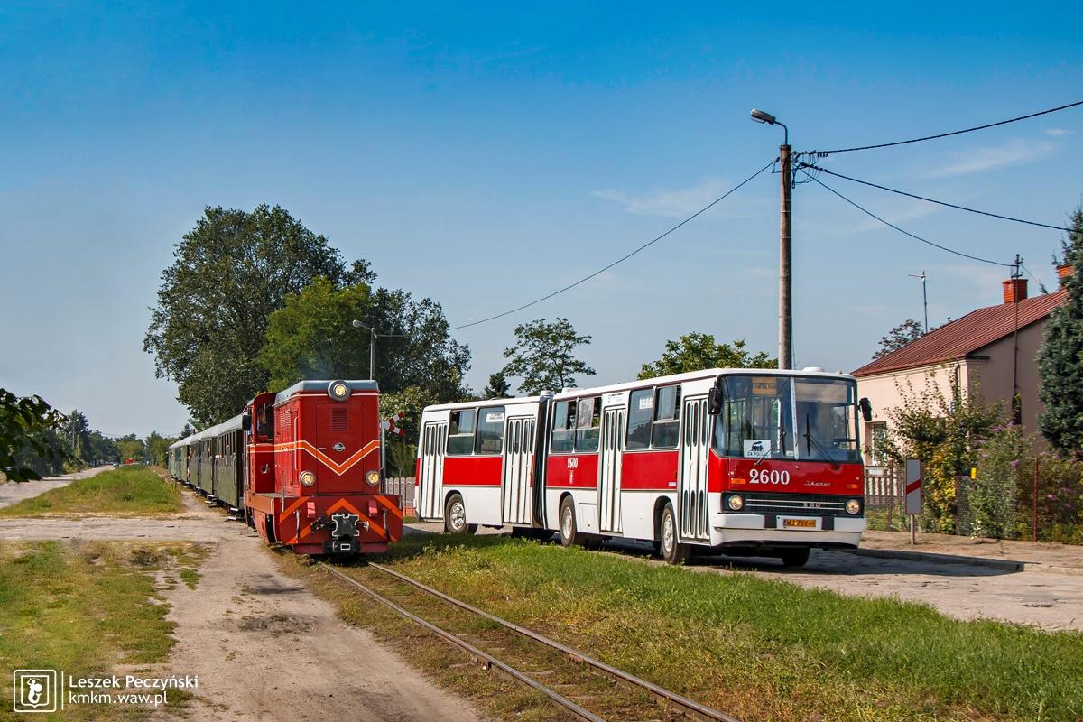 Ikarus 280 nr 2600 z pociągiem sochaczewskiej kolei wąskotorowej